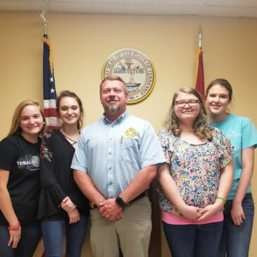 Sheriff Tommy Jones with Sequoyah High School students